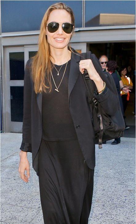 Angelina tháo nhẫn đính hôn và đeo vào một chiếc nhẫn lạ thay thế