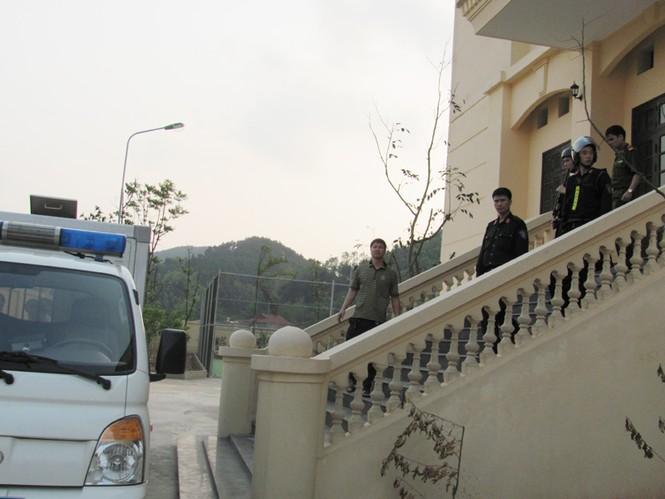 Bị cáo được đưa ra cửa ngách, trong sự bảo vệ nghiêm ngặt