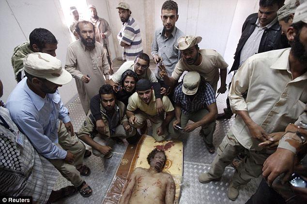 Một binh lính đã nhận mình bắn 2 phát súng vào nách và đầu ông Gaddafi và ông ta đã chết khoảng 30 phút sau đó