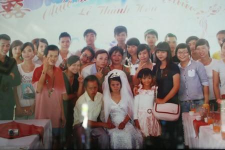 Đám cưới của họ có rất đông bạn bè, tình nguyện viên và các nhà hảo tâm đến dự