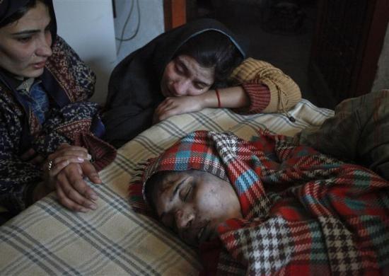Một vụ nổ nhà nhà máy ba tầng tại Lahore vào ngày 7-2 khiến nhiều người thiệt mạng. Trong ảnh, thi thể của Shakeela Akbar, 22 tuổi được đưa ra khỏi đống đổ nát. Ảnh: Reuters