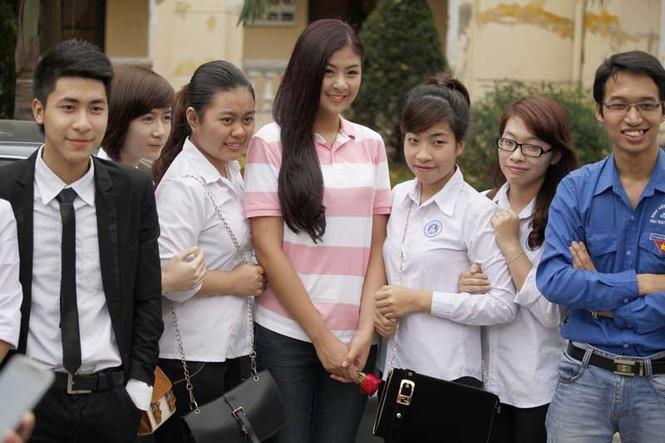 Hoa hậu Ngọc Hân với sinh viên ĐH Hải Phòng