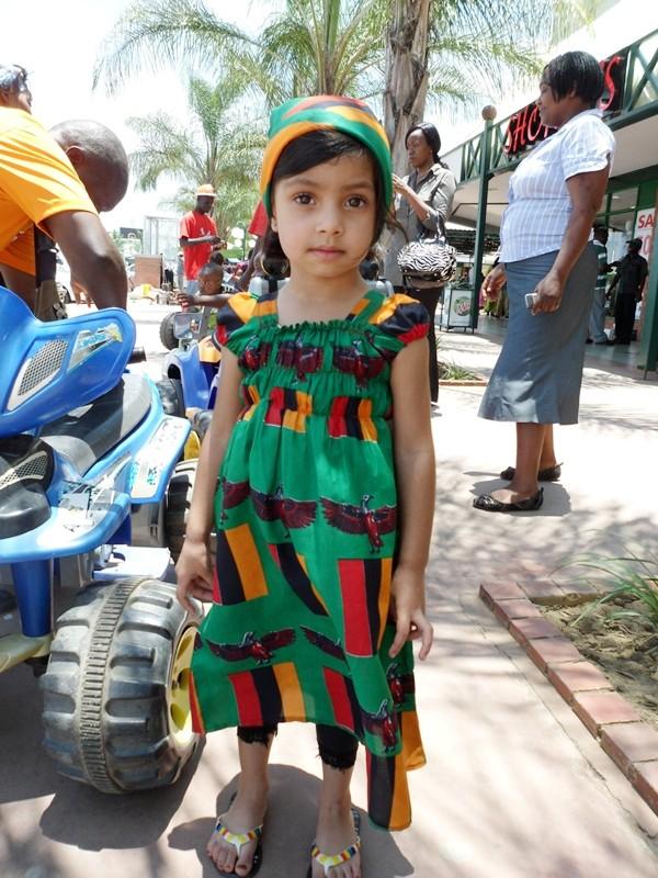 Em bé mặc trang phục phỏng theo lá cờ của Zambia