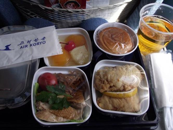 SkyTrax đánh giá thức ăn ở khoang cho khách phổ thông là 1 sao, khoang hạng thương gia là 2 sao. Tuy nhiên, phần lớn hành khách đánh giá đồ ăn được, chỉ là không đặc biệt cho lắm.