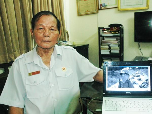 Tiểu đoàn trưởng Trần Nam Hùng lần đầu tiên nhìn thấy tấm ảnh lịch sử của Horst Fass. Ảnh: T.N.A