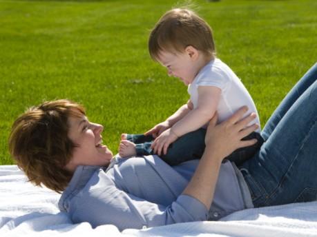 Nên cho trẻ chơi ngoài trời để hấp thụ vitamin D từ ánh nắng mặt trời. Ảnh: Internet