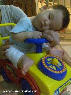 Những kiểu ngủ gật đáng yêu của bé - ảnh 16