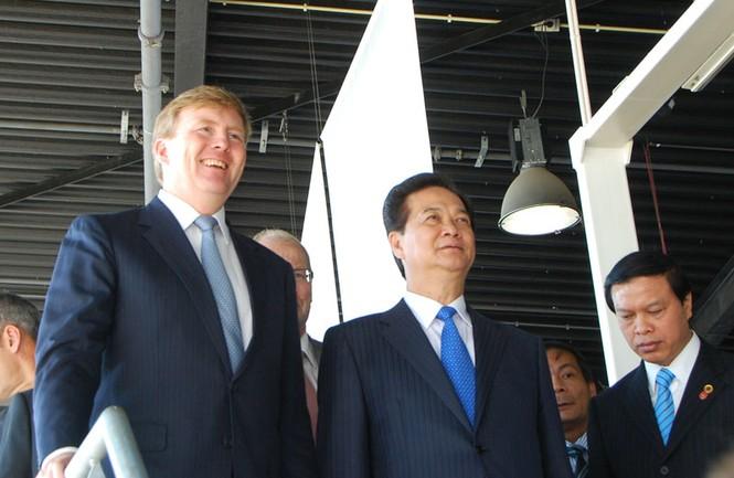 Thủ tướng Nguyễn Tấn Dũng thăm công trình đê chắn sóng Hà Lan - ảnh 14