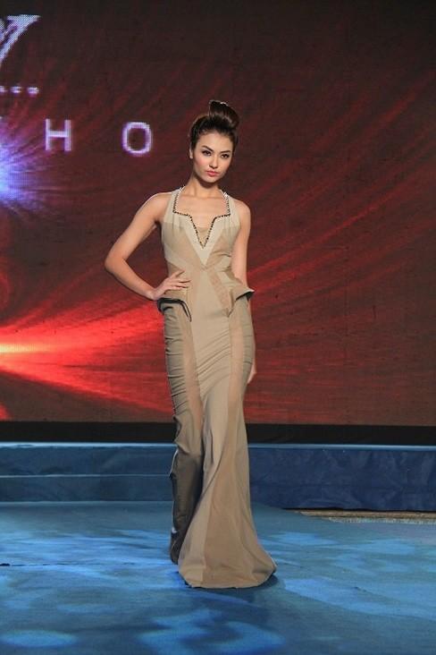 Hồng Quế trở lại trên sàn diễn tuần lễ thời trang Xuân-Hè 2013 sau thời gian giảm cân và liên tiếp vướng vào 'vận hạn' scandal