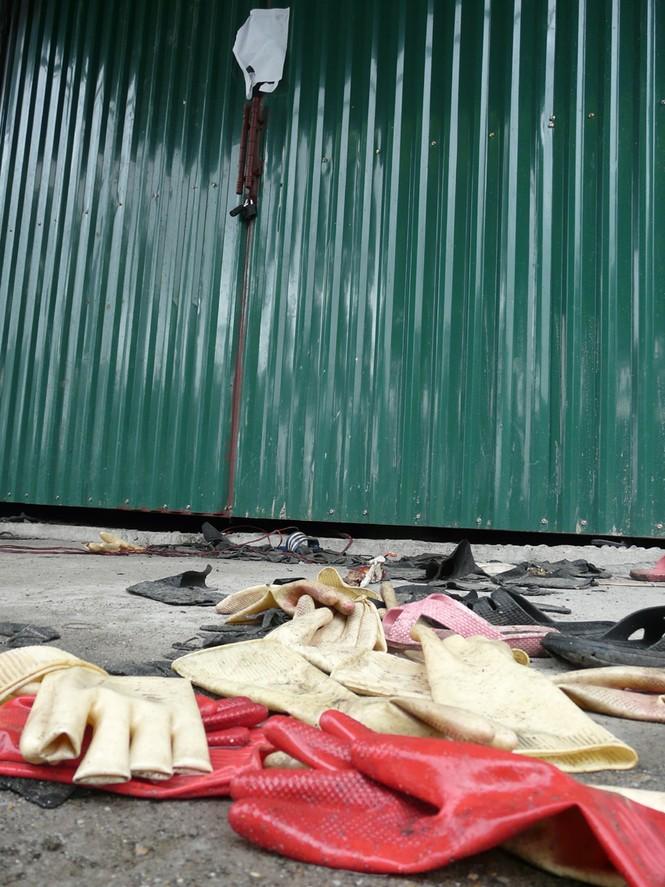 Giầy dép của nạn nhân vẫn vương vãi trước cửa