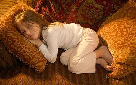 Những kiểu ngủ gật đáng yêu của bé - ảnh 11