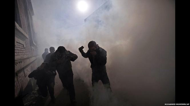 Ngày thứ hai sau cuộc ẩu đả tại sân vận động Port Said, thủ đô Cairo (Ai Cập) tiếp tục chìm trong cảnh hỗn loạn bởi người biểu tình. Bất ổn chính trị tại Ai Cập đang gây ra nhiều cuộc xung đột đẫm máu. Ảnh: AP