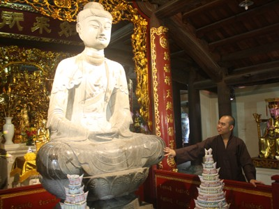 """Tượng Phật A di đà """"áo vá"""""""