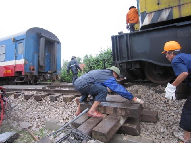 Các công nhân miệt mài làm việc nhằm sớm thông đường sắt đoạn đi qua huyện Quỳnh Lưu.
