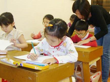 Một lớp luyện chữ cho các em mầm non trước khi vào lớp 1