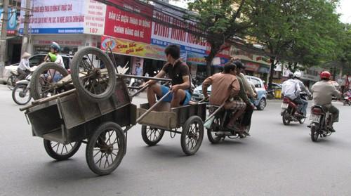Chiếc xe kinh dị này phóng qua nhiều tuyến phố: Chùa Bộc, Thái Hà, Nguyễn Chí Thanh trước con mắt kinh hãi của người tham gia giao thông. Ảnh: Trường Phong..