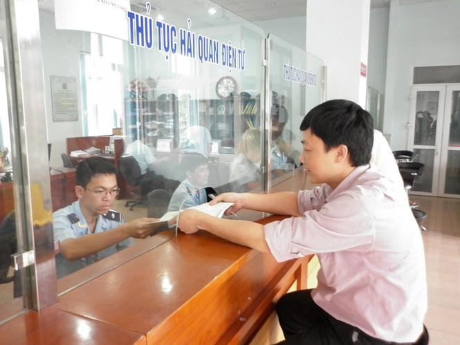 Cán bộ Hải quan Lạng Sơn làm thủ tục thông quan cho doanh nghiệp. Ảnh: Phạm Anh