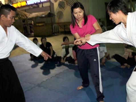 Học cách tự vệ khi bị tấn công bằng dao. Ảnh: N.L
