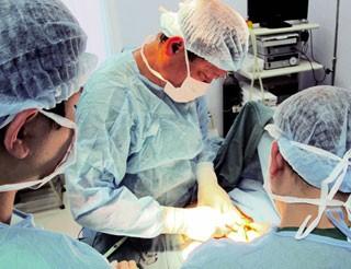 Bác sĩ bệnh viện Xanh Pôn đang thực hiện một ca nâng ngực