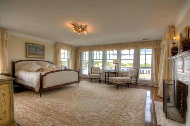 Phòng ngủ dành cho chủ nhà, trang nhã với gam màu trắng nền nã chủ đạo