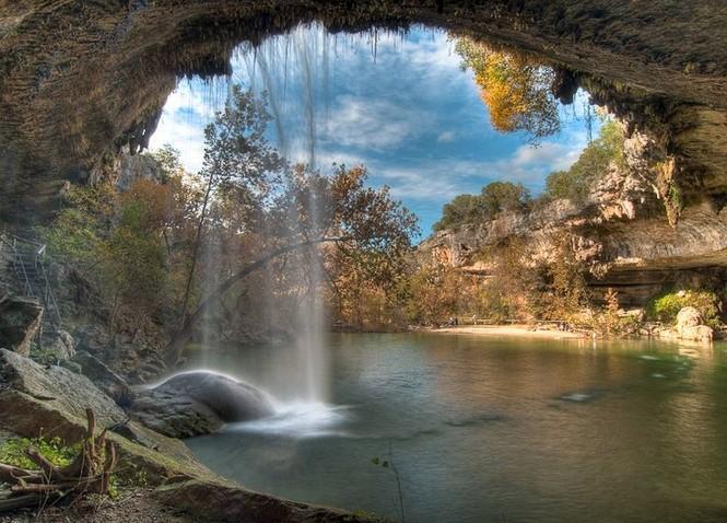 Hồ nước đẹp lung linh dưới mỏm đá - ảnh 1
