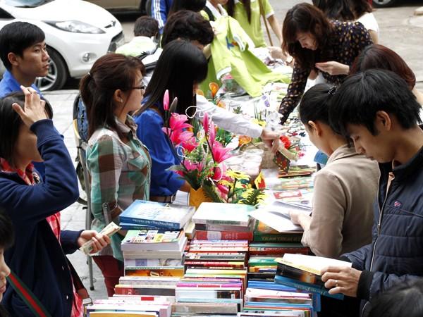 Các gian sách thu hút nhiều người quan tâm