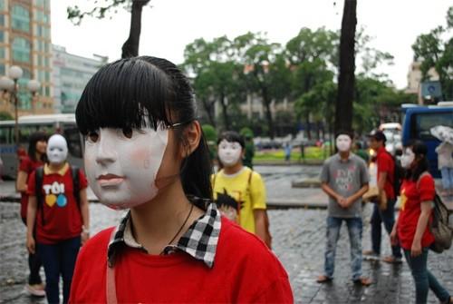 Những chiếc mặt nạ thể hiện cho sự vô cảm được đeo lên mặt
