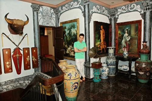Không dừng lại ở việc sưu tầm cổ vật quốc gia, nhà Tùng Lâm còn có những bức tranh, cổ vật phương Tây như máy hát đĩa than, tranh quý tộc...