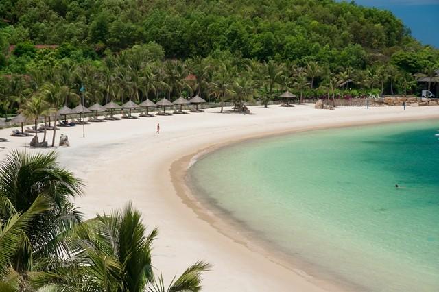 Bãi biển nhìn từ một khu nghỉ dưỡng Vinpearl, Nha Trang, Khánh Hòa