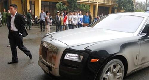 Bầu Thụy sở hữu bộ sưu tập xe trong đó có 2 chiếc Roll Royce, Maybank S62 và Lexus