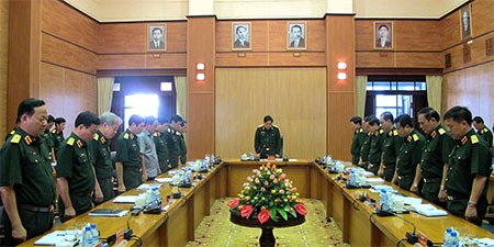 Các đại biểu dự cuộc họp dành phút mặc niệm Đại tướng Võ Nguyên Giáp