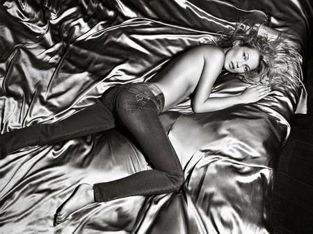 Kate Moss cởi áo khoe... quần - ảnh 4