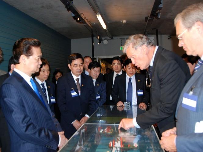 Thủ tướng Nguyễn Tấn Dũng thăm công trình đê chắn sóng Hà Lan - ảnh 5