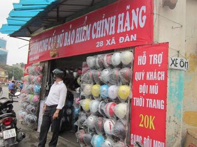 Cửa hàng đổi MBH hỗ trợ 20 nghìn đồng trên đường Xã Đàn. Ảnh Nguyễn Thảo