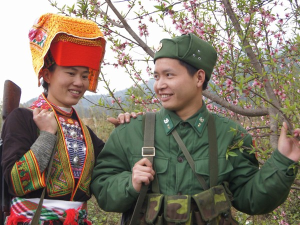 Chiến sĩ trẻ và nữ dân quân người dân tộc Dao
