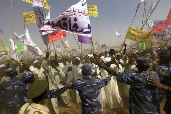 Cảnh sát khu vực đang chặn đám đông biểu tình sau khi cuộc gặp mặt giữa tổng thống Chad Idriss Deby và tổng thống Sdan Omar Hassan al-Bashir diễn ra vào ngày 8-2 tại khu vực Darfur, Al Fasher. Ảnh: Reuters