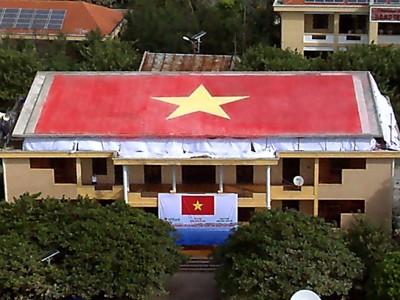 Cờ gốm trên nóc nhà hội trường đảo Trường Sa Lớn