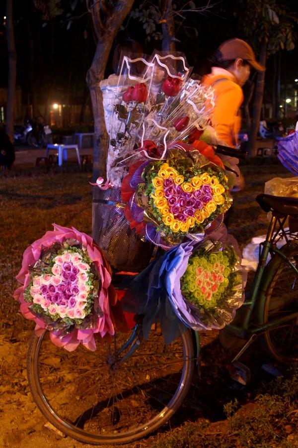 Chiếc giỏ xe chở đầy hoa