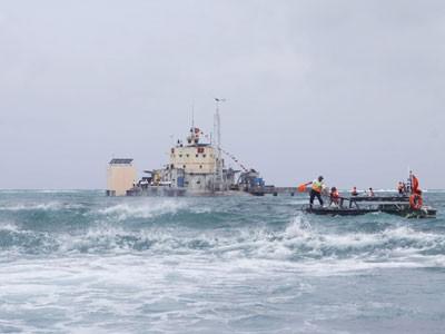 Các chiến sĩ đảo Đá Lớn tuần tra trên biển Ảnh: TTXVN