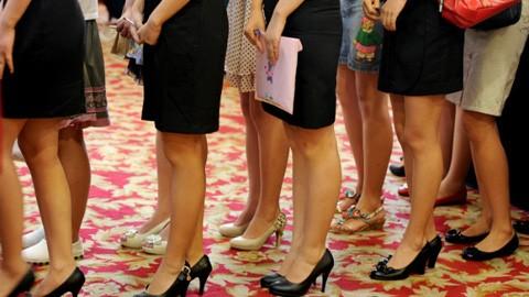 Các cô gái Trung Quốc xếp hàng chờ phỏng vấn