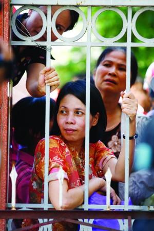 Phụ huynh hồi hộp ngóng chờ thí sinh thi ĐH-CĐ tại Hà Nội năm 2011