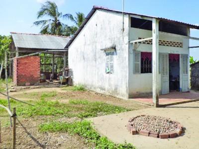 Ngôi nhà trống của hộ nghèo Sơn Thị Lệ Hoa.             Ảnh: Tuấn Anh