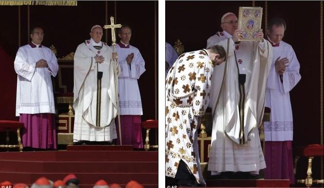 Giáo hoàng Francis khoác chiếc áo choàng sau khi được nhận