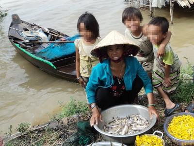 Chị Trần Thị Nở có 11 con, không đất sản xuất, nhờ lũ đánh được cá mà cuộc sống dễ thở