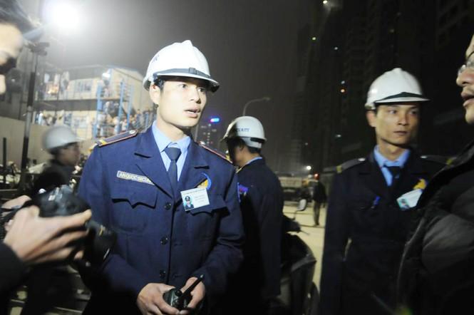 Lực lượng bảo vệ của tòa nhà ngăn cản không cho bất cứ phóng viên nào vào bên trong tác nghiệp