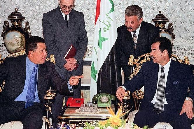 Cựu tổng thống Iraq Saddam Hussein gặp tổng thống Venezuela năm 2000