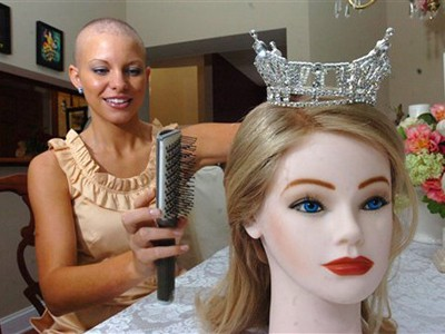 Không giống những người đẹp ở trên tự cạo đầu trọc, Miss Delaware - Kayla Martell bị mắc chứng bệnh rụng tóc bẩm sinh cực hiếm. Năm ngoái, cô gây ấn tượng mạnh tại cuộc thi Hoa hậu Mỹ và lọt vào top 10