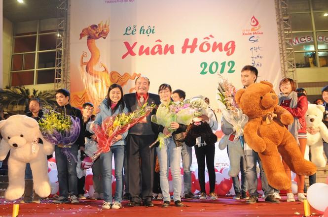 Ban tổ chức đã chọn ra năm cặp đôi ấn tượng nhất cùng với hai cá nhân hiến máu thứ 5.000 - bạn Nguyễn Thị Dương đến từ chi hội 14-6 và Trần Thị Nga 6.000 để trao thưởng