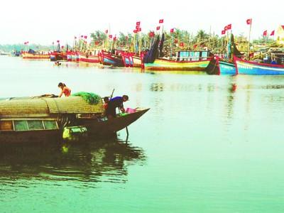 Phương tiện đánh bắt khai thác biển của Việt Nam còn nhỏ bé, thô sơ. Ảnh: T.L
