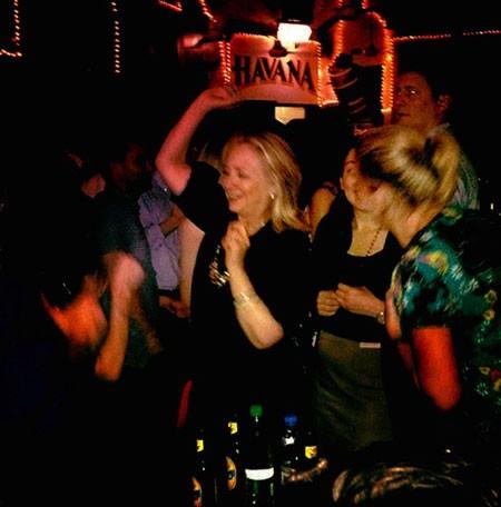 Bà Clinton nhảy rất sảng khoái với những người khách trong quán bar